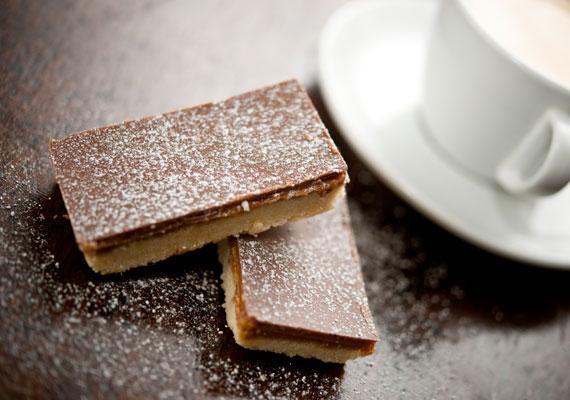 Csokoládés-karamellás szelet                         A szádban szétomló, mennyei párosra nem lehet nemet mondani, szerencsére nem is kell! Csak vedd fel a kedvenc konyhai kötényed, zárkózz be a konyhába, hogy aztán nem egészen egy óra múlva előállhass ezzel az isteni finom édességgel.