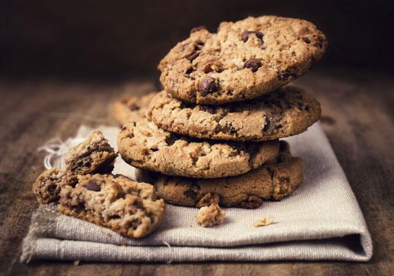 Csokis keksz                         Az édesség, ami minden kezdő háziasszony álma: kevés munkával elkészítheted, biztosan sikerülni fog és gyorsan kész van. A ropogós csokoládédarabokat érdemes több, különböző ízű csokiból a keksz tésztájába törnöd, hogy igazán különleges édesség legyen a végeredmény.