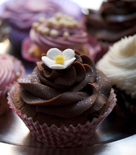 Csokisan is  Nemcsak vaníliás alapra helyezheted a koronát, hanem csokis muffinnal is próbálkozhatsz. A csokikrém is tökéletes kalap, de játszhatsz a színekkel, illetve a kontraszttal, fehér krémet téve a tetőre.  Kapcsolódó cikk: Gyors csokis muffin »