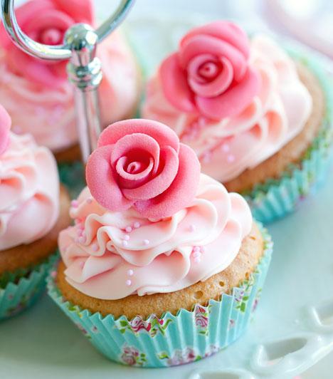 Cupcake-őrület  A cupcake-őrület hozzánk is kezd begyűrűzni. Az amerikai bögrés süti tulajdonképpen egy vajas muffin, ami lehet csokis vagy sima, de a lényeg a tetején található. A vajas krém a tetején lehet színes, megszórhatod cukorral, virágokkal, de marcipánból is lehet kalapkája.  Kapcsolódó recept: Cupcake: ami még a muffinnál is finomabb »