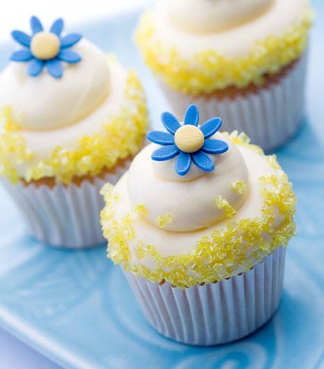 Színes cukor  A cukorvirágok mellett használhatsz színes kristálycukrot is a díszítésre. Ha nem találsz ilyet sehol, akkor egyszerű savanyúcukrot törj össze egészen apróra, szitáld át, és máris kész a különleges sütidekoráció.