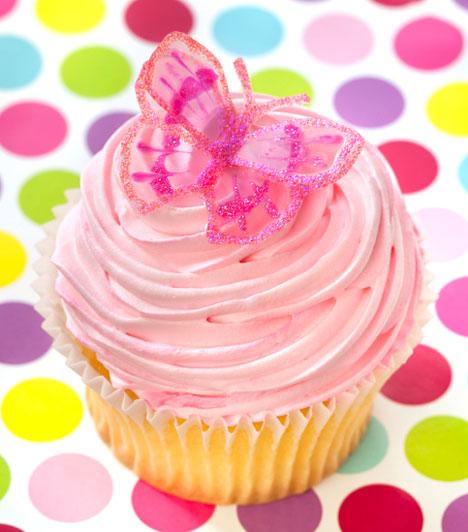 Milyen alkalomra?  Kisebb lányoknak zsúrra, nagyobbaknak csajos traccspartira is ajánlható a rózsaszínes-lepkés csoda. A cupcake-en sokszor található olyan díszítés, ami nem fogyasztható, de a látvány miatt megéri.