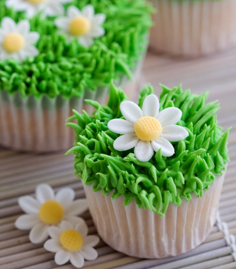 Tavaszi cupcake  Ez a kedves margarétás süti nemcsak szép, hanem finom is. A vajas krémbe tégy több porcukrot, majd cifrázd meg egy pálcikával, a tetejére pedig ültess cukorvirágot.  Kapcsolódó cikk: Hipergyors muffinok »