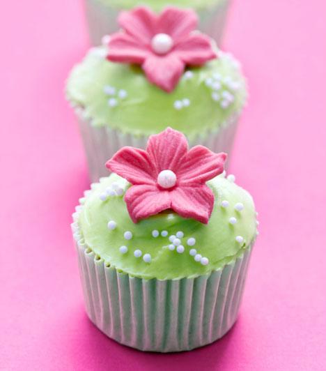 Virágos kedvedben  Az apró cukorvirágok nagyon feldobják ezt a pici süteményt. Akkor lesz igazán szép, ha a színek harmonizálnak. A hatást fokozhatod cukorgyöngyökkel vagy csokiszórással. Nagyobb élelmiszer-áruházakban és cukrászdákban beszerezheted a díszítőelemeket.