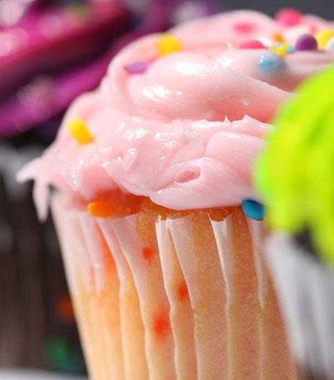 Vajas krém a tetőn  A vajból és porcukorból kikevert krémet ízesítheted gyümölcspürével, csokival, de szórhatsz bele cukorkát is. A színről általában mesterséges színezék gondoskodik, kis adagban senkinek nem lesz tőle baja.