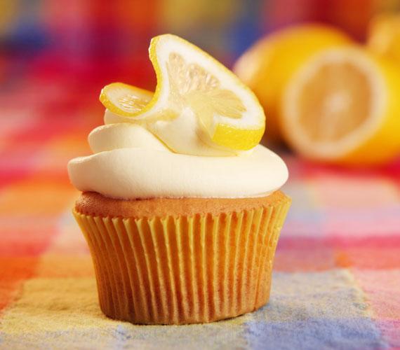 Citromos cupcakeA citrom is remekül passzol a cupcake-hez, a masszába reszelheted a héját, adagolhatsz belőle a cukormázba, illetve díszítheted vele a tetejét, mindezt akár egyetlen gyümölcsből összehozhatod, kész főnyeremény.