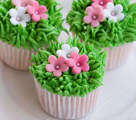 Füves-virágos muffinHa úgy érzed, van röpke öt-hat órád és két ügyes kezed, akkor ne habozz, menj le némi marcipánpasztáért és ételfestékért, és készíts virágoskertet a kisült muffinokból, nagyon látványos és nagyon édes lesz, amit évekig mutogathatsz, hacsak nem fogy el nagyjából 15 perc alatt az összes.