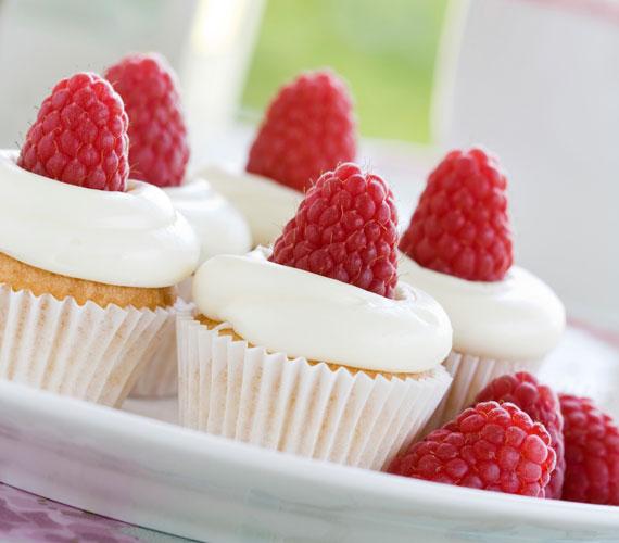 Málnás cupcakeHa édesség, akkor biztosan illik hozzá egy kis friss gyümölcs, egyenesen a kertből vagy a zöldségestől, a cukormázat itt se hagyd le, a közepébe pedig illessz egy szép málnát vagy tulajdonképpen bármilyen, számodra kedves gyümölcsöt.