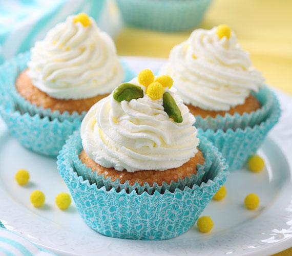 Túrós cupcakeHa már végképp telítődtél a cukormázzal, de cupcake-et még ennél, akkor sincs minden veszve, készíts túrókrémet, és díszítsd azzal, no meg a többi kiegészítővel a muffint.