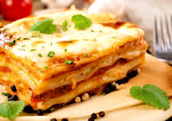 Lasagne al fornoA darált hús egyik legismertebb felhasználási módja az olaszoktól származik, ez pedig a bolognai tésztához és a lasagnéhoz is használt paradicsomos, fűszeres változat. A friss alapanyagokból igazán finom ragu a tésztákkal különösen jól működik, ha pedig pár tésztalap és némi besamel alá téve sütöd össze, hibátlan ételt kapsz. Az eredeti receptet itt találod.