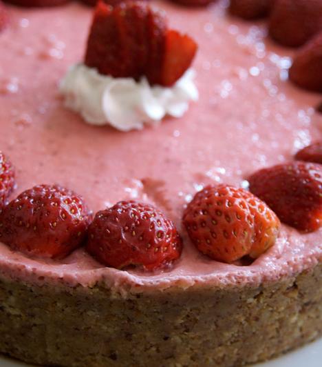 Epertorta sütés nélkül  Darálj le egy kis kekszet, keverd össze vajjal, nyomkodd egy tál aljába, amit folpackkal kibéleltél. Dolgozz össze epret túróval, tejszínnel és kevés cukorral. A krémet zselatinnal is fixálhatod. Ezzel töltsd meg a tortát, majd tedd hűtőbe. Ha megdermedt, emeld ki a folpack segítségével, és díszítsd egész eprekkel.  Kapcsolódó receptek: 4 isteni epres finomság - Édes, jeges, krémes »