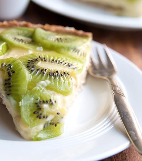 Kivis pite  Bár nem kifejezetten nyári gyümölcs, a zöld kivi kis színt vihet a sok piros közé üdeségével. Egyszerű túrós alapon ülnek a kiviszeletek.  Kapcsolódó receptek: 4 krémes, olaszos torta »