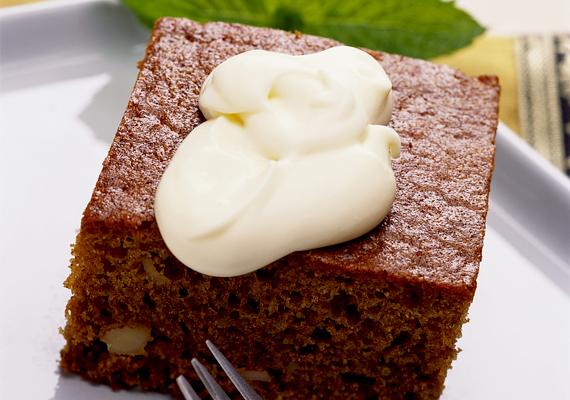 Diós-csokis, kevert sütiA kevert sütik mindig a legegyszerűbb édességek, alig fél óra alatt kész vagy vele, ráadásul elrontani sem tudod, főleg, ha két ilyen nagyágyút vetsz be, mint a csokoládé és a dió, melyek együtt bármilyen helyzetet megoldanak.