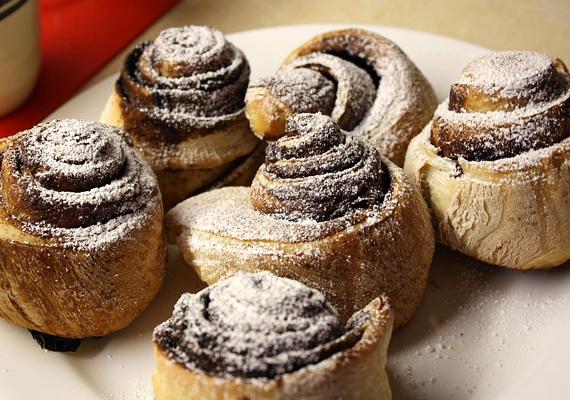 Kakaós vagy fahéjas csiga                         A ráérősebb desszertek táborát erősíti a jellegzetes formájú és mindenki által kedvelt, kelt tésztás édesség. Ha egy kicsit téliesebb hangulatban vagy, akkor készítsd fahéjjal, az mind illatban, mind ízben jobban passzol ehhez az időszakhoz, de hagyományosan, kakaóval készítve sem lesz rettenetesen rossz. Itt egy tökéletes recept hozzá!