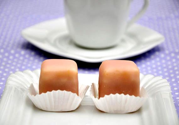 MignonA minden cukrászdában fellelhető, látványos édességet otthon is elkészítheted, s kedvedre készíthetsz színesebbnél színesebb mázakat hozzá. Egy tál színes mignonnál kevés dolog mutat jobban az asztalon, így ha ezzel várod a vendégeket, biztosan lenyűgözöd őket. A receptjét itt találod.