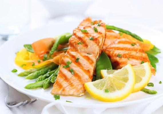 Párolt vagy pirított lazac                         A halak közül az egyik legnépszerűbb alapanyag határon innen és túl a jellegzetes színű lazac, ami annyi hasznos ásványi anyagot tartalmaz, hogy mindenkinek kötelezővé kellene tenni a fogyasztását. Építsd be az étrendedbe, a világ leggyorsabban elkészíthető vacsorái közé tartozik, így az időhiány biztosan nem lehet mentség. Itt a vajas változat receptje!