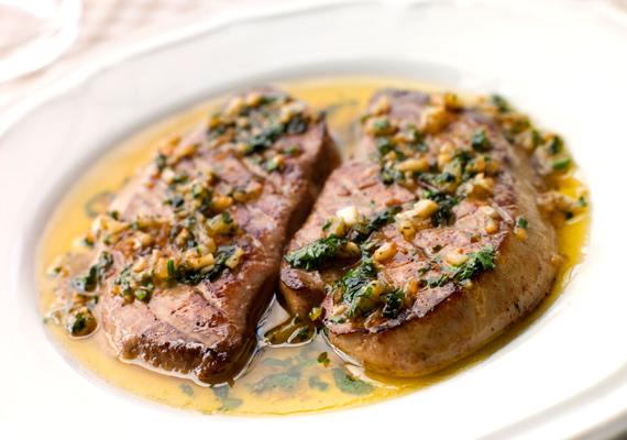 Szárnyasok mája                         A máj roppant gazdag vasban, pofonegyszerű elkészíteni, és bárhogy álljon a családi kassza, valamelyik fajtát biztosan be tudod szerezni, hiszen a csirkemáj az egyik legolcsóbb húsféle. Készítsd minél változatosabban, egy kis fokhagymával talán a legfinomabb, de vele sült zöldségekkel sem rossz. Itt a lecsós változat receptje.