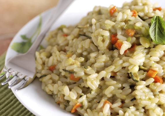 Rizottó                         A rizs mindig remek alapanyag, hiszen tápláló, jóval egészségesebb, mint a másik legelterjedtebb köret, a krumpli, és gyakorlatilag mindenhez passzol. A tökéletes rizottóhoz érdemes rizottórizst vásárolnod, pár fogáson kívül pedig onnantól már minden csak rajtad múlik. Itt egy pikáns, gazdag és ellenállhatatlan recept hozzá.