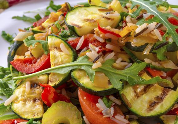Sült zöldségek                         Ha inkább a zöldségeket szereted, készíthetsz belőlük laktató és finom egytálételt. Megsütve szinte az összes zöldség még finomabb, mint nyersen, ráadásul hihetetlen ízletes kombinációkat rakhatsz össze, a répa édessége például remekül harmonizál a paradicsom vagy padlizsán ízével. Így biztosan finom lesz.