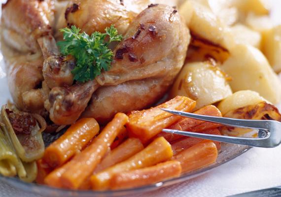 Zöldségekkel sült csirke                         A szaftos hússal ellenállhatatlan kombinációt alkot az édesre sült répa, a lágyra sült paprika vagy a nedvességét nyomokban sütve is megőrző paradicsom. Készítsd minél több, különböző zöldséggel együtt sütve a kedvenc grillcsirkédet, mindenki örömére! A receptjét itt találod!
