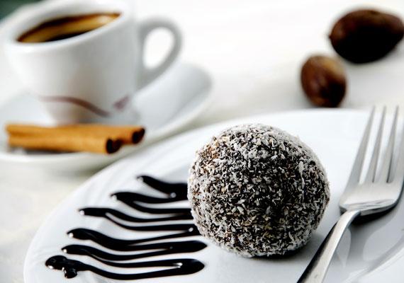 KókuszgolyóA csokis kekszhez hasonlóan nagy mennyiségben készítendő finomság a kókuszgolyó is, amiből nem tudsz annyit gyúrni, hogy ne fogyna el. Remek mókává is varázsolhatod a készítést és a fogyasztást, ha pár darabba mandulaszemet vagy magozott meggyet rejtesz. Így készítsd!