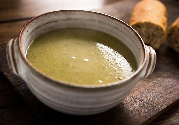 Brokkolikrémleves                         A brokkolikrémleves minden diétázó kedvence, hiszen zsírégető hatása jól ismert. Ha nem fogyókúrázol éppen, akkor is érdemes elkészítened, egyrészt, mert végtelenül egyszerű, másrészt, mert nagyon finom, pár kocka erősebb ízű sajttal feldobva pedig verhetetlen.