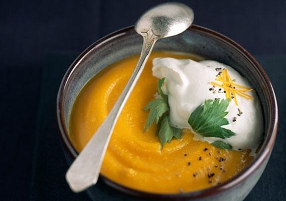 Sütőtökkrémleves                         A narancssárga színben pompázó sütőtököt végtelen formában felhasználhatod a konyhádban, és azon kívül is. Ha igazán finom krémlevest szeretnél belőle készíteni, először mindenképpen pirítsd meg sütőben, és utána állj neki a főzésnek. Jól átpirított tökmaggal az igazi.