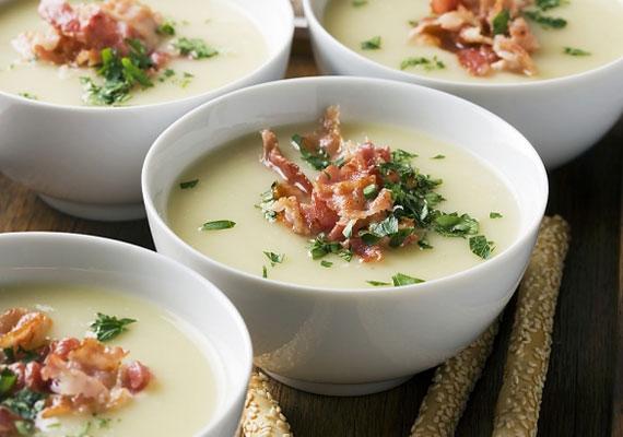 Zellerkrémleves                         A jellegzetes ízű zellerből remek levest készíthetsz, arra ügyelj, hogy kevésbé fás szárú darabot válassz alapanyagnak, valamint arra, hogy ez a leves akkor igazán jó, ha jó sűrűre készíted, és ekkor igazán tápláló is, pláne egy kis baconnel megszórva.