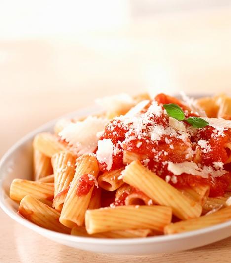 Makaróni paradicsomszósszal  Az eredeti makaróni nem a maradék a spagetti, mint ahogyan azt sokan gondolják, hanem rövid, penneszerű tészta, a tollhegy nélkül.  Kapcsolódó cikk:  Makaróni házi paradicsomszósszal »