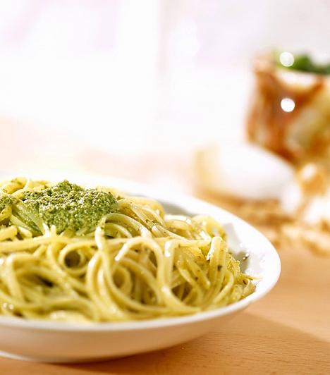 Pestóval  A világ egyik legegyszerűbb receptje a pestós tészta, mely valóban pillanatok alatt elkészül, akár frissen készíted a zöld rávalót, akár üvegből szeded elő.  Kapcsolódó cikk:  Isteni pestós spagetti 10 perc alatt »