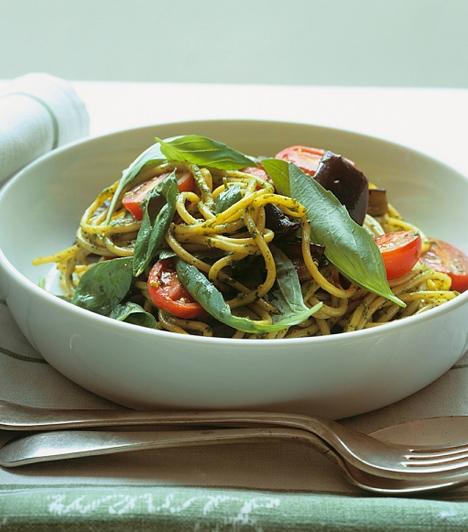 Vegetáriánusoknak  Tévhit, hogy a vegetáriánusok csak csírán és magvakon élnek, egy finom zöldséges tészta egyáltalán nem tekinthető nyúlkajának. Ízlésed szerint bármilyen zöldséget beletehetsz.  Kapcsolódó cikk:  Padlizsános penne »