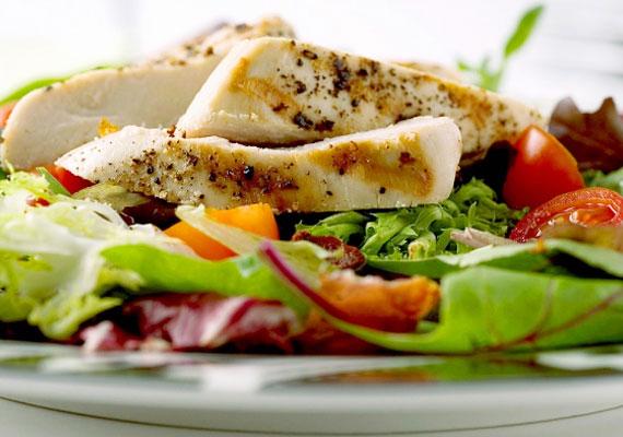 CsirkesalátaFogd a kedvenc zöldségeidet, és keverd el pirított csirkemellel! Hogy a gasztronómiai élmény is meglegyen, a húst előtte áztasd vagy fokhagymás tejbe, vagy citromos vízbe, hogy omlós legyen, és ne csak fűrészporra emlékeztető kockákat falj. A finomabbnál finomabb, friss zöldségekkel együtt is mindössze 250-300 kalória lesz egy 10-15 dekás szeletből, így nyugodtan falhatod, csak a majonézt felejtsd el. Itt egy pompás recept hozzá.