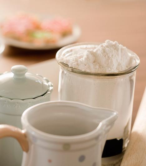 Csomós liszt  A sütemények akkor lesznek tökéletesek, ha a lisztet átszitálod, mielőtt a tésztába kerül. A legjobb, ha közvetlenül akkor teszed ezt, amikor összeállítod, tehát például a tojásos cukorra adagolod így.