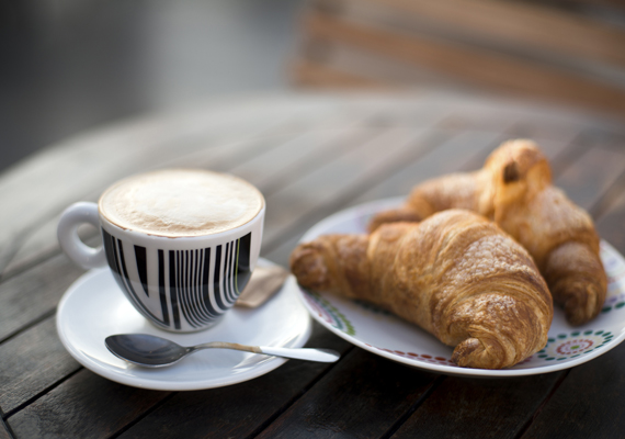 CroissantHa péksütemény és francia, akkor szinte biztosan mindenkinek elsőre a méltán híres croissant ugrik be. A ropogós leveles tészta külső bármilyen tölteléket takarhat, amilyenhez csak kedved van. Készítheted sósra, édesre, vagy akár töltelék nélkül is zseniális, a reggeli kávé legjobb barátja.
