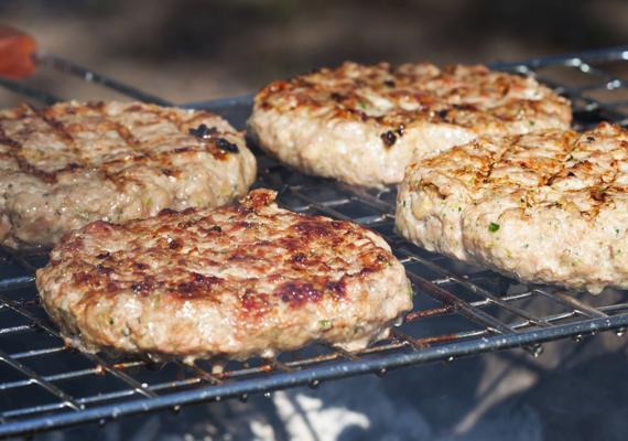 HamburgerA grillezések egyik legkedveltebb sztárja a mindenkinek a saját ízlésére formálható hamburger, aminek a leglényegesebb összetevője természetesen a hús. Kell pár alkalom, mire megtalálod a kedvenc összeállításodat, de kiindulópontnak tökéletes lesz ez a verzió, amit a későbbiekben kedvedre variálhatsz.