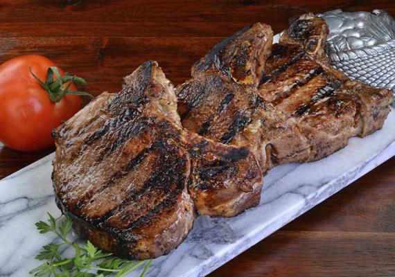 SertéskarajA csontos karaj alkalmas a grillezésre, de egy másik sertésrész, a tarja a legjobb ehhez a műfajhoz, utóbbi kellően zsíros hús ahhoz, hogy magas hőmérsékleten sütve is finom, szaftos maradjon. Mindkettőből ínycsiklandó fogást készíthetsz, érdemes legalább egy éjszakán át pácolni a hússzeleteket.