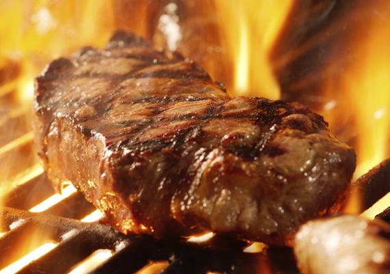 SteakHa grillezésről van szó, említést kell tenni a műfaj klasszikusáról, a marhahúsról. A zamatos, omlós hús igényli az előkészületeket, igazán finom akkor lesz, ha pár napig ázhat a neki szánt pácban, de arra is kell figyelni, hogy a kiválasztott hús ne legyen túl öreg, és lehetőleg jó minőségű darabot érdemes választani, ha mindez megvan, garantált a tökéletes grillezés.
