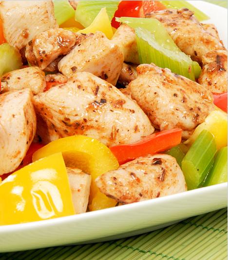 Zöldséges csirke                         A gyors vacsora nyitja az egyszerű hozzávalókban rejlik. Az apró darabokra vágott csirkemellet remekül feldobják a zöldségek, nem csak színvilágban, de ízben is.                         Kapcsolódó cikk:                         Gyors zöldséges csirke »