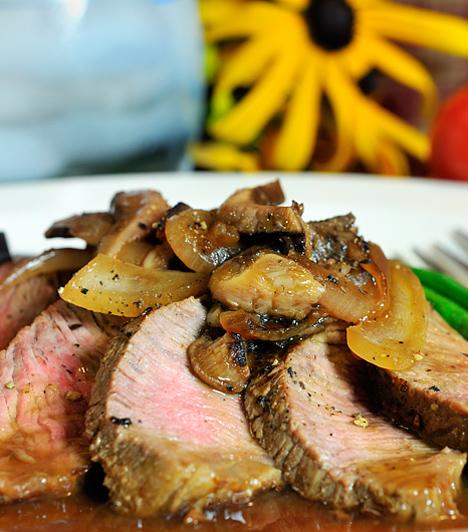 Marhaszeletek zöldségágyon                         A marhahús különleges ízvilágát remekül kihozzák a különféle zöldséges köretek. Egy kis spárga, hagyma vagy vajban sült zöldbab isteni mellé.                         Kapcsolódó cikk:                         Omlós marhaszelet spárgával »