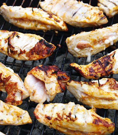 Csirke másképp                         A csirke száraz húsát feldobhatod, ha nem csak szimplán megsütöd, hanem grillezed vagy roston sütöd. Ha előtte fűszeres pácba áztatod, igazi ínyenc különlegességet kpasz végeredményül.                         Kapcsolódó cikkek:                         Omlós töltött csirkecomb »                         Pikáns pácolt csirke szombati grillezéshez »