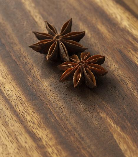 CsillagánizsA Dél-Kínában honos fűszer és gyógynövény az ánizshoz hasonló ízű és illatú, de annál erősebb. Hazánkban egy fajtája ismert, latin nevén Illicium verum H. Sütemények, likőrök, kompótok ízesítésére tökéletes, de sokszor használják díszítésre is. Gyógynövényként görcsoldó, szélhajtó hatása miatt használják.