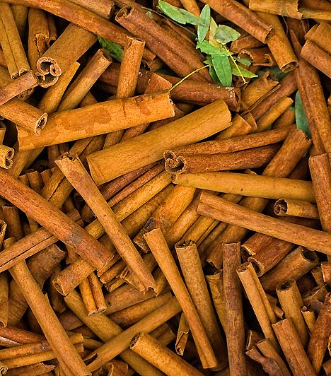 FahéjA karácsonyi hangulat egyik fő felelőse a fahéj. Ahogy a neve is mutatja, a Cinnamomum verum nevű fa kérgét használják fűszerként. Elsősorban sütemények ízesítésére, de egy egyszerű banánturmixot is feldobhatsz vele, a forró csokoládéról már nem is beszélve. Merészebben sültek ízesítésére is használhátják.  Kapcsolódó receptek:4 gyors, olcsó, finom almás süti recept »