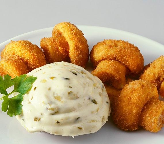 A magyar konyha sajátja, hogy ha valamivel nem tudunk mit kezdeni, nemes egyszerűséggel megforgatjuk lisztben, tojásban és morzsában, majd forró olajba mártjuk - és nincs is ennél jobb dolog, amit egy étellel tehetünk. Fogyaszd a gombát is rántva!