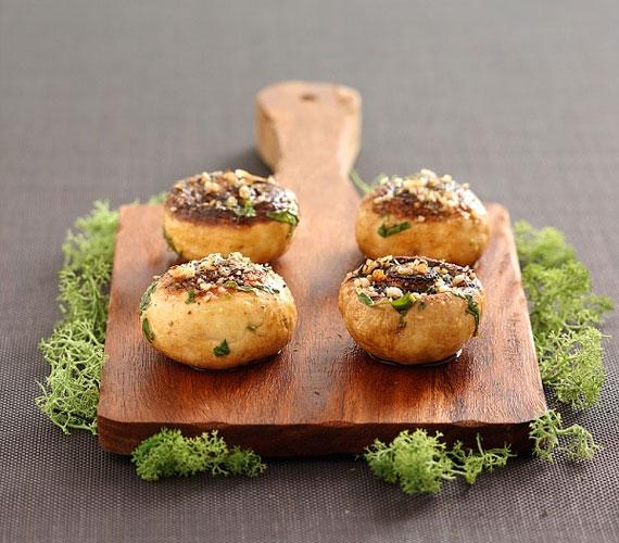 Vendégváró fogásként is remekül funkcionál a gomba, töltsd meg sajtos-tejszínes masszával vagy darált húsos raguval, a tálalást követő pár percben el fogják kapkodni.