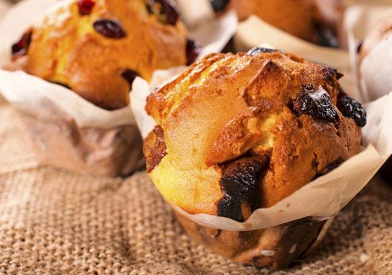 Áfonyás muffinA muffin a legegyszerűbben elkészíthető sütemények egyike, ráadásul elég hamar megtanulható, egy-két sütés után már rutinosan dolgozod össze a hozzávalókat, és tulajdonképpen csak az lesz kérdés, hogy éppen milyen gyümölccsel tedd még finomabbá, szerintünk most készíts áfonyást!