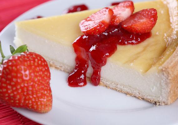 Epres sajttorta...vagy sajttorta bármilyen gyümölccsel. Epertől roskadoznak a napokban a piacok polcai, ezért most borzasztó egyszerűen beszerezheted, de a végtelenül egyszerűen összedobható sajttortának szinte minden gyümölcs jól áll. Ha igazán szépet szeretnél, akkor a legjobb, ha piros gyümölcsökkel dolgozol. A sütőt pedig felejtsd el!