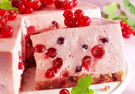 Gyümölcsös joghurttortaMinden kezdő háziasszony álma ez a sütemény, amit gyakorlatilag nulla konyhai tapasztalattal is éppen olyan tökéletesre készíthetsz, mint az, aki évtizedes rutinnal pattintja össze a kapcsos tortaformát. Szedd össze a kedvenc bogyós gyümölcseidet, és már készítheted is ezt a desszertet, sütni nem kell, csak élvezni az ízeket.