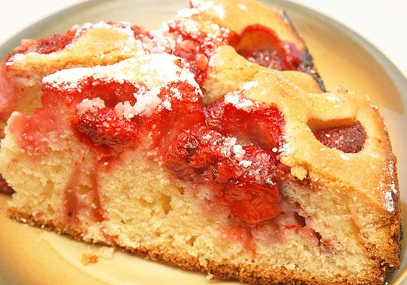 Epres-túrós bögrés sütiA bögrés sütemény a kezdő háziasszony mentőöve, ha nincs még a konyhádban semmilyen mérőedény, akkor ez egy neked kitalált édesség, vedd elő a kedvenc bögrédet, mérd ki vele a hozzávalókat, dolgozd őket össze sok-sok eperrel, aztán mehet is a sütőbe.