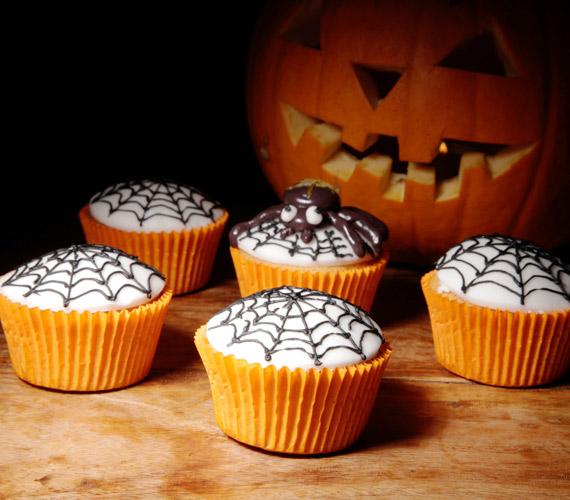 Némi ételfestékkel és egy megfelelő eszközzel pillanatok alatt kész póktanyát varázsolhatsz a sütemények tetejére. Igyekezz a póknak kellemes tekintetet készíteni, hogy az is örömmel fogadja, aki egyébként retteg tőle.