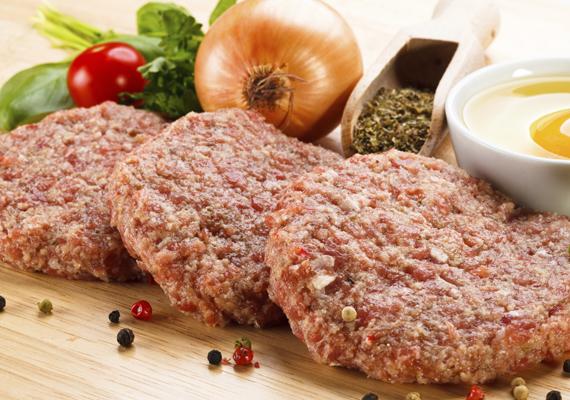 Hús és fűszerekA jó hamburgerhús általában sertés- és marhahús keveréke, van, aki fele-fele arányban adagolja a masszához az alapanyagot, mások szerint egyharmad sertés és kétharmad marha szükséges a tökéletes húspogácsához. A fűszerezést nem kell túlgondolni, bőven elég a só és a frissen őrölt bors, hiszen a hús íze kell, hogy domináljon. Ha fel szeretnéd dobni, piríts hozzá hagymát vagy szalonnát, és keverd bele.
